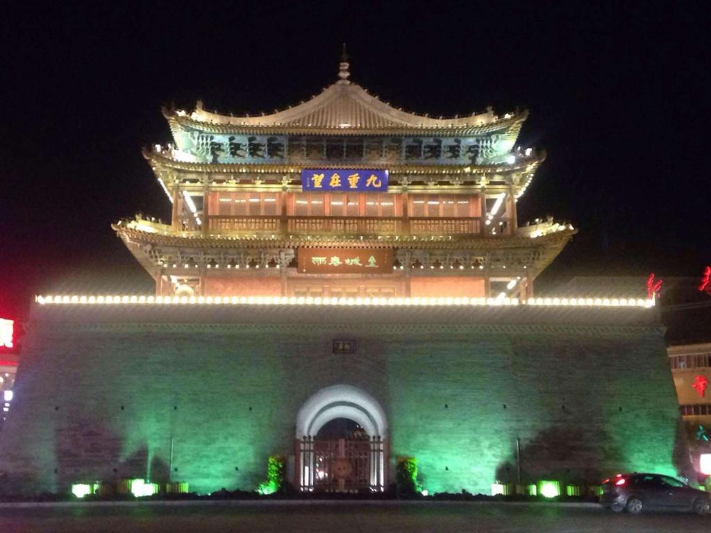 钟鼓楼,也叫镇远楼,是位于张掖市的中心位置,张掖市区也是围绕这座